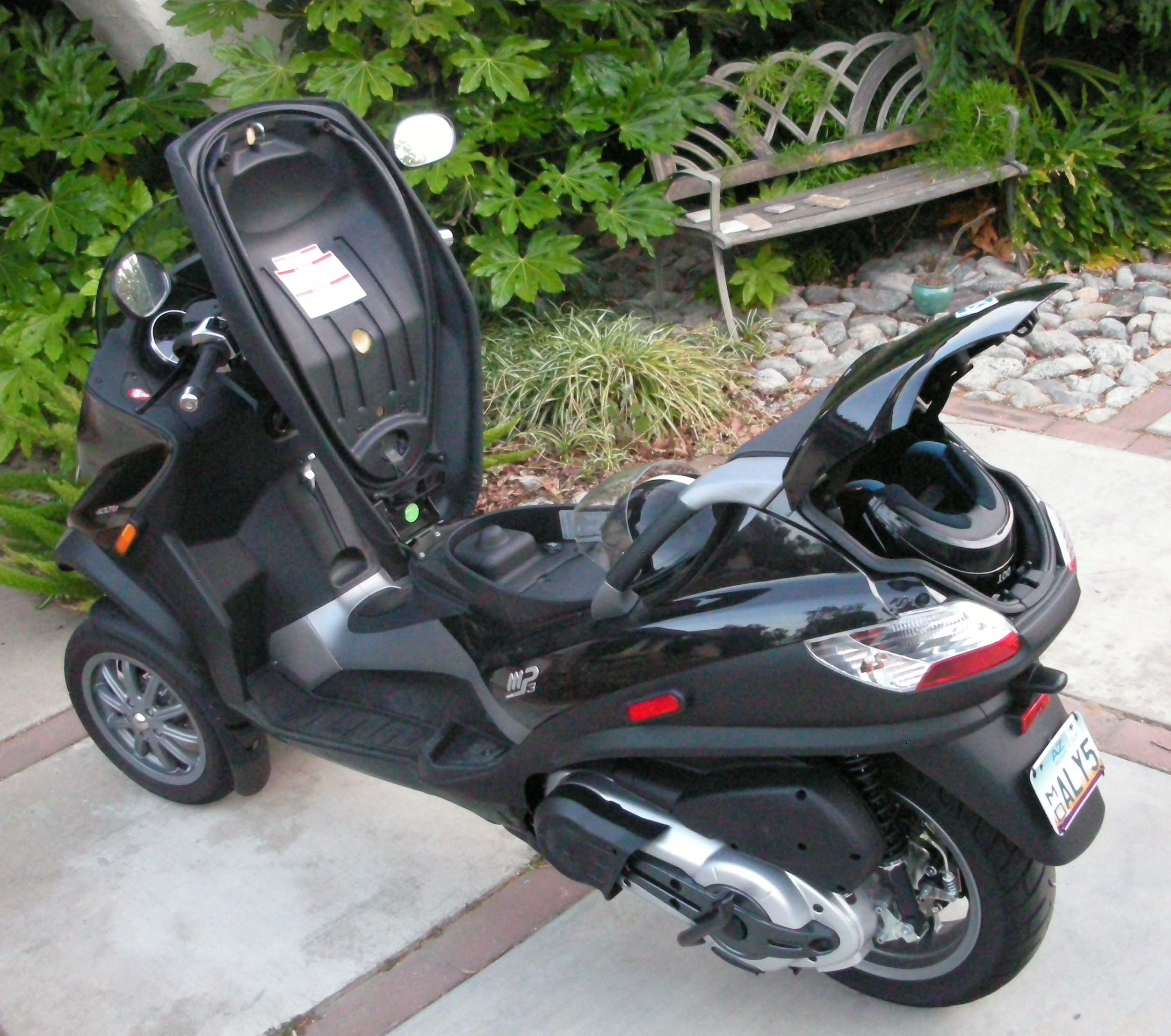 piaggio mp3 scooter three wheeled wonder the car family. Black Bedroom Furniture Sets. Home Design Ideas