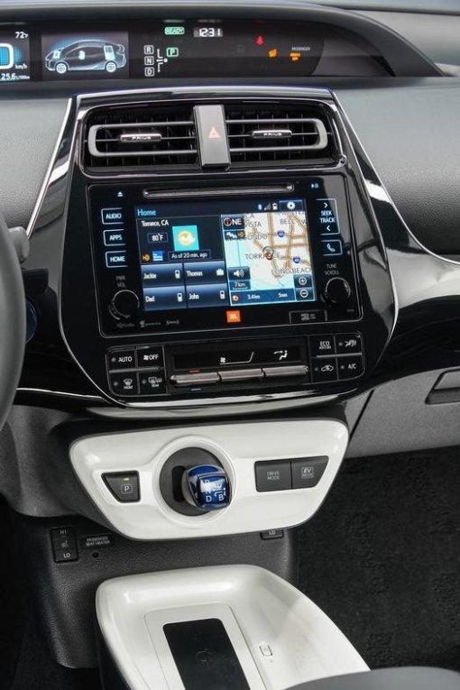 2016_Toyota_Prius_Four_inter